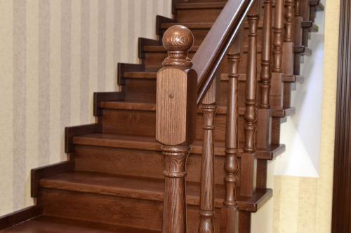 Чем покрасить лестницу деревянную в доме. Средства для покраски деревянной лестницы