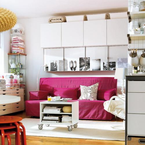 Шкафчики над диваном. Стена над диваном в маленькой гостиной: 30 идей практичного использования