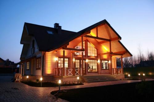 Из чего строить деревянный дом. Деревянный дом своими руками: проектный план, выбор материалов, фундамент, особенности возведения стен, устройство крыши. 90 фото готовых деревянных домов